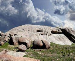 ایوان سنگی نیاق، سنگ هایی با شکل های عجیب